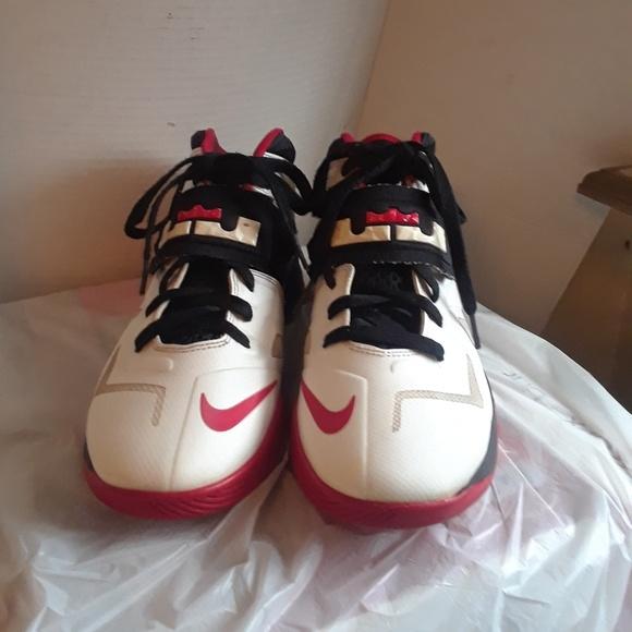 6f3573e488c7 Nike Zoom Soldier 7 Boy s Shoe s size 7y. M 5a5d62fc61ca10ced6e5ed70